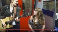 Die S-Bahn wird zur Konzerthalle: Zwei Musikerinnen gaben ein spontanes Konzert in der S-Bahn und landeten einen Internet-Hit damit.