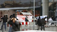 Eingedrungen: Die EZB will Strafanzeige erstatten gegen einige Blockupy-Demonstranten, die auf das Gelände kletterten.