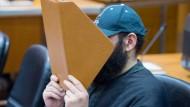 Er sagt fast nichts: Halil D. auf der Anklagebank des Landgerichts Frankfurts