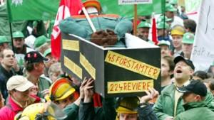 Zehntausende demonstrieren gegen Kochs Sparkurs