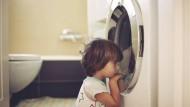 Schleudertrauma: Wenn Kinder Monotonie mögen, kann das ein Zeichen für Autismus sein.