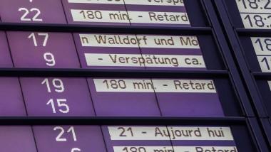 Oft mehrere Stunden: An der Anzeigentafel im Frankfurter Hauptbahnhof sind die Verspätungen für Züge angekündigt.