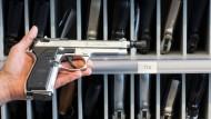 Eine von vielen Modellen: eine Schreckschusswaffe in der Waffenkammer des LKA Mecklenburg-Vorpommern