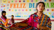 Folkloretanz mit Umhang: Im Anschluss an ihr Grußwort tanzt Silvia Catarina in guatemaltekischer Tracht zusammen mit anderen Drittklässlern.