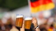 Mehr als nur Bier: In den kommenden vier Wochen werden wir zu großen Teilen vor Bildschirmen und Leinwänden verbringen - das könnte man dazu trinken.