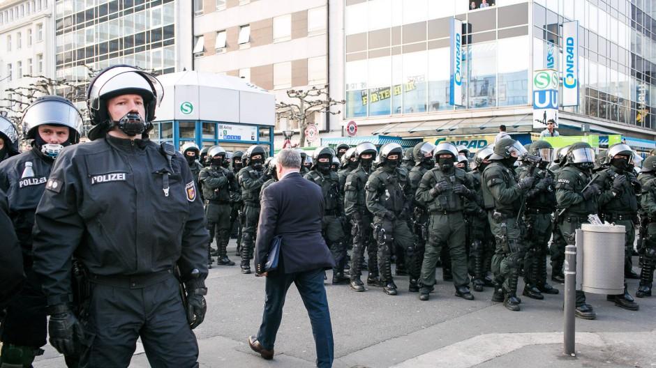 Polizisten bei den Blockupy-Protesten im März: Nach Bernhardt müsse die Politik öfter hinterfragen, wieviel Sicherheit die Polizei bei Großprotesten gewährleisten kann.