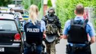 Einsatz: Polizisten, die nach einem Schusswaffeneinsatz zu einem Haus in Frankfurt-Griesheim gerufen worden waren