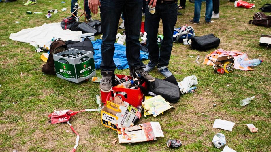 Wenn junge Erwachsene ihren Abschluss feiern, hinterlässt das oft Spuren - wie hier im Frankfurter Grüneburgpark.