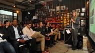 Ring frei: Beim Frankfurter Pitchclub treffen Gründer wie Yedra Broeckx von Etaopt auf potentielle Investoren.