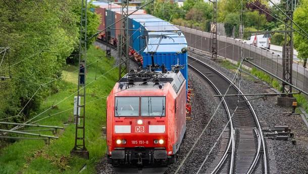 Güterzug verliert auf 50 Kilometern weißes Pulver