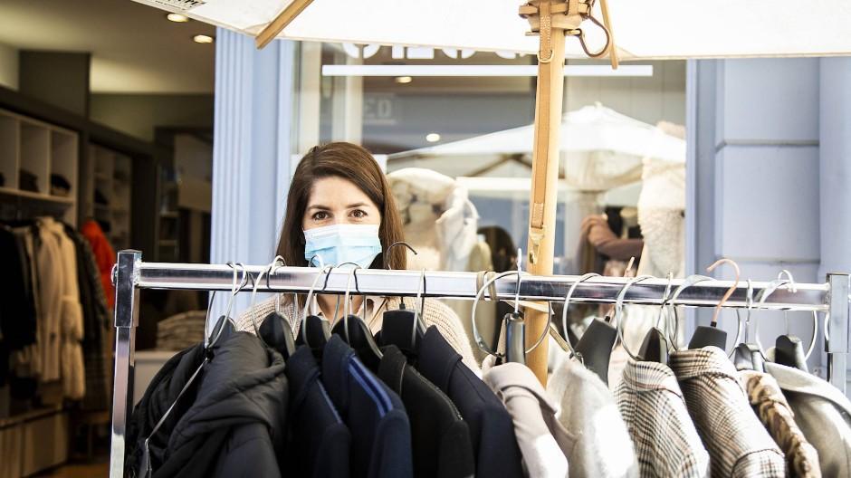 Lockerungsübung: Kundin in Mainz beim schüchternen Shoppen