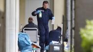 Entschiedenes Vorgehen: Beamte sichern Gegenstände aus der Wohnung des verhafteten Ehepaares aus Oberursel.