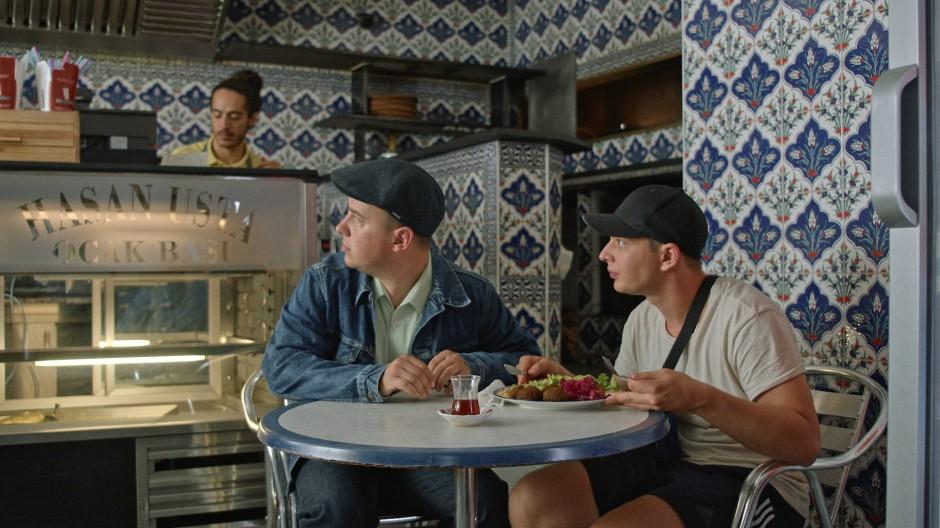 """Jüdischer Alltag zwischen Russland, Ruhrpott und deutschen Eigenheiten: Szene aus """"Masel Tov Cocktail"""" von Arkadij Khaet und Mickey Paatzsch"""