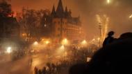 Tatort: In der bisher letzten Silvesternacht wurden auf und am Eisernen Steg Frauen belästigt,zudem fielen Feiernde in den Main - das soll dieses Mal vermieden