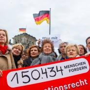 Für Änderungen im Abtreibungsrecht: die Gießener Ärztin Hänel (Mitte) im Kreis von Unterstützerinnen und Unterstützern in Berlin
