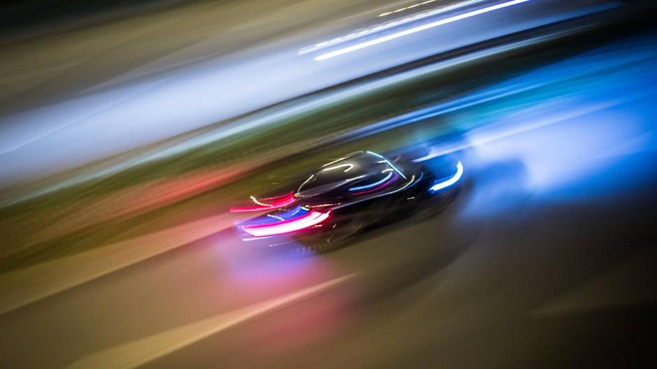 Ein Auto rast über die A661 bei Frankfurt. Die Zahl der Anzeigen wegen illegaler Autorennen steigt seit Jahren.