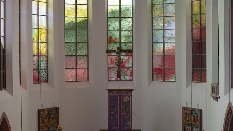 Glaskunst: die neun Meter hohen Fenster in der Darmstädter Kirche