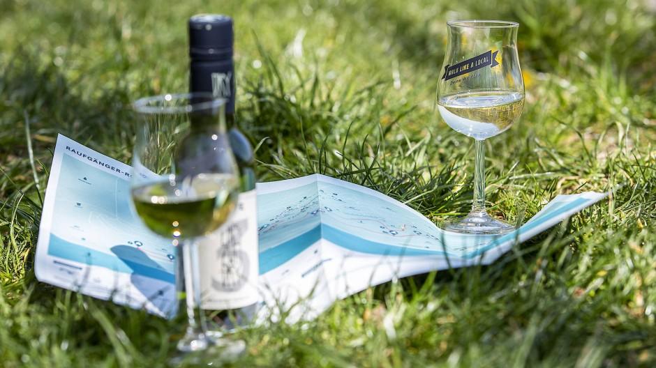 Wein und Karte: Beim guten Tropfen sucht sich der Weg leichter.