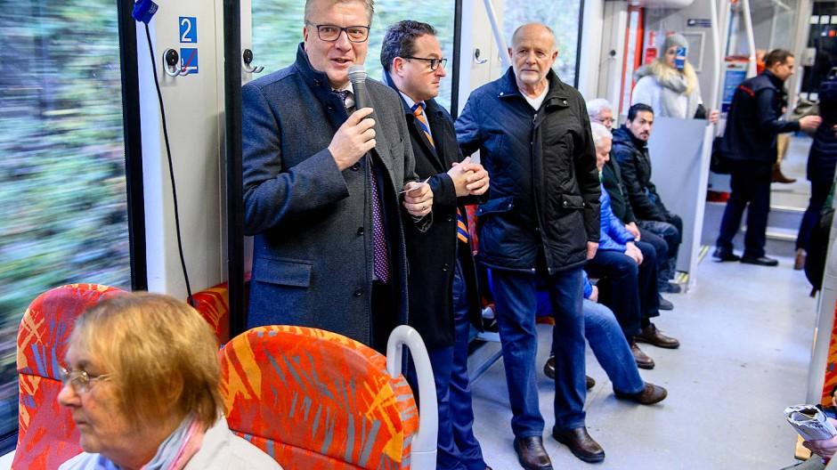 Werbung im Zug: Landrat Ulrich Krebs (am Mikrofon) begleitet Senioren nach Usingen.