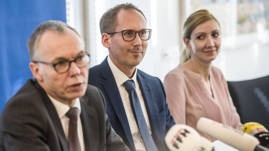 Botschafter: Sozialminister Klose (Mitte) und Virologin Ciesek gaben den Nachweis der brasilianischen Variante in Hessen bekannt, links Frankfurts Gesundheitsamsleiter Gottschalk