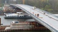 Hier geht es drunter und drüber: Nun ist die Carl-Ulrich-Brücke auch für den Autoverkehr freigegeben.