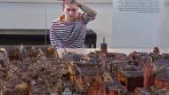 Verschwunden: Der Geschichtsstudent Maximilian Pfeifer sucht im Frankfurter Altstadtmodell der Treuner-Brüder vergebens nach dem Eisenwarengeschäft seinen Ururgroßvaters August Eschelbach.