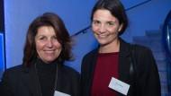 Sage noch einer, Wirtschaft sei nur männlich: Johanna Höhl von der gleichnamigen Kelterei (links) und Anna Eichhorn von der Humatrix AG beim IHK-Neujahrsempfang in Frankfurt