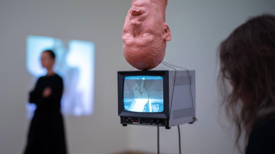"""Kunst gewordene Gewalt: Bruce Naumans Arbeit """"Perfect Balance"""" mit Wachskopf und Monitor aus dem Jahr 1989."""