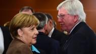 Merkel und ihr CDU-Bundesvize: Nun hat sich auch Bouffier zu den Forderungen der AfD geäußert.