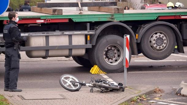 Radfahrer von Lastwagen erfasst und getötet