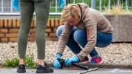 Spurensicherung: Polizistinnen am Tatort in Flörsheim