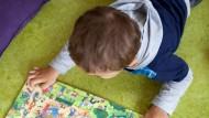 Beschäftigt sich nicht immer selbst: ein Kind in einer Frankfurter Kita.