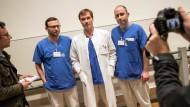 Im Blickpunkt: Ärzte und Pfleger am Frankfurter Uni-Klinikum, an dem ein Ebola-Kranker intensiv behandelt wird