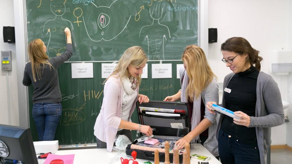 Praxisnah: De Studentinnen Johanna Brandes, Nicole Hänse und Vanessa Howland mit ihrem Anschauungsmaterial für die Sexualkunde