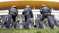 Mit Sicherheit: Polizisten stehen vor der Commerzbank-Arena in Frankfurt (Archivbild)