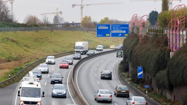 Mann verbrennt nach Unfall auf der A661