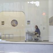 Allein zu Hause: der Frankfurter Galerist Andreas Greulich am Schreibtisch statt bei einer Vernissage