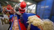 Viele Kamellen gilt es am Muttertag in der Mainzer Innenstadt zu verteilen: Weil in diesem Jahr der Fastnachtsumzug ausgefallen ist, haben die Karnevalisten noch viel Süßes.