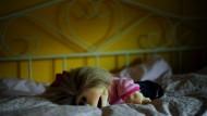 Verurteilt: Weil er sich an einem kleinen Mädchen, während die anderen Kinder im Schlafraum der Kita ihren Mittagsschlaf hielten, soll ein Erzieher in Haft (Symbolbild)