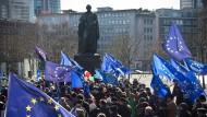 """Italienische Reise: """"Pulse of Europe"""" demonstriert unter den Augen von Goethe in Bronze"""