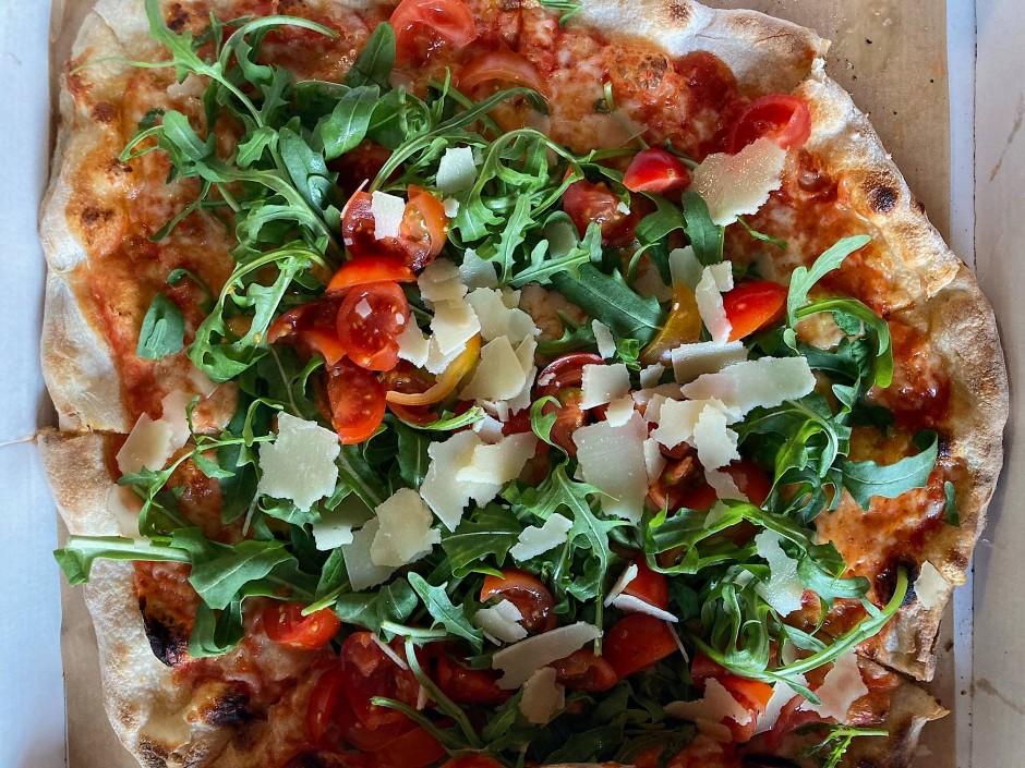 """Die Wahrheit liegt auf der Pizza: Birgit Zimmer reichte ihre Lieblingspizza """"Ruccola"""" aus dem """"Neuen Schwanen"""" ein."""
