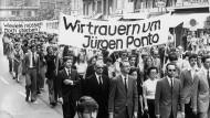 Schweigemarsch: Nach dem Mord an Jürgen Ponto am 30.Juli 1977  laufen 4000 Bank-Mitarbeitern durch die Frankfurter Innenstadt.