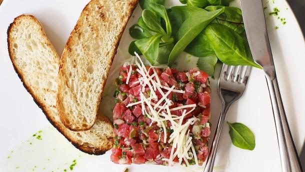 Quiche, Steak Tartare und Salat mit Ziegenkäse