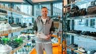 Umgeben von seinem Namen: Der Designer und sein Frankfurter Laden