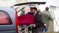 Tatort: Mitarbeiter eines Bestattungsinstitutes transportierten am Freitag die Leiche der erschossenen Frau vor einem Wohnhaus ab.