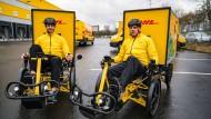 Testfahrer: DHL-Mitarbeiter auf Lastenfahrrädern
