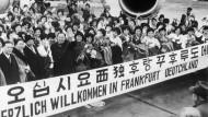 Willkommenskultur: Auf dem Frankfurter Flughafen wurden die ersten 128 Krankenschwestern aus Südkorea Ende Januar 1966 empfangen.