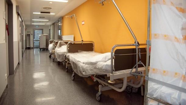 Pflegekräftemangel - Auf der Intensivstation des Klinikums Frankfurt  Höchst fehlen Pflegekräfte.  Bei einer Pressekonferenz informiert das Klinikum über Lösungsansätze, danach gibt es einen Rundgang durch die Intensivstation.
