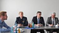 Vor dem Spiel: Oberbürgermeister Jochen Partsch (von rechts), Bürgermeister Rafael Reißer, Polizeidirektor Thomas Raths und Alexander Hein, Sicherheitsbeauftragter des SV Darmstadt 98.