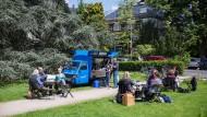 Anlaufpunkt für Katholiken: Das mobile Café Straßenkreuzer, abgelichtet in Oberursel